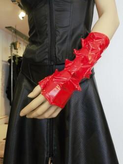 Lak Handschoenen Spikes in rood of zwart PVI300T