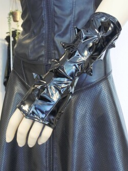 Lak Handschoenen Spikes in rood of zwart PVI300T 3